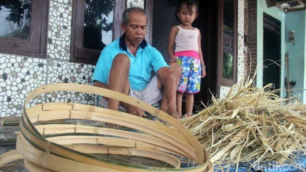 Perajin anyaman bambu di Sidoarjo/