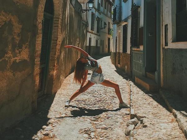 Masih di Alhambra, ia memperagakan gerakan yoga (yogaisdestiny/Instagram)