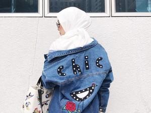 Foto: 9 Gaya Antimainstream Selebgram Hijab Pakai Jaket Jeans Kekinian