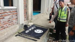 Kantong Berisi Bendera ISIS Ditinggalkan 6 Pria di Masjid Mojokerto