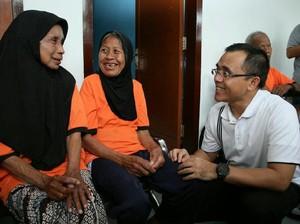 Kunjungi Warga Lansia, Ini yang Dilakukan Bupati Anas