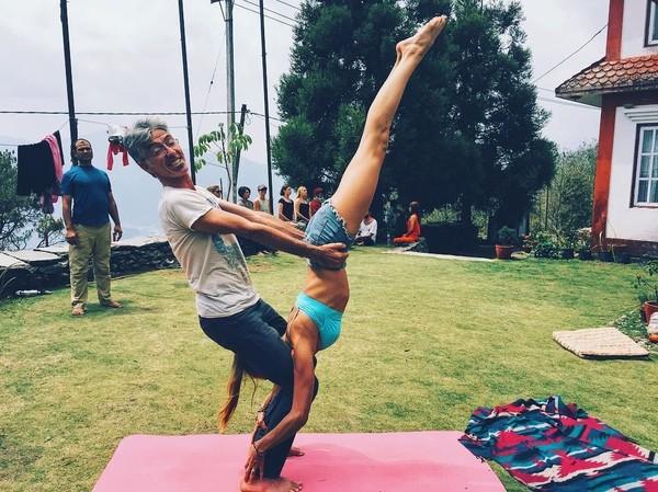 Ia sangat menikmati momen latihan yoga bersama guru-gurunya di Nepal (yogaisdestiny/Instagram)