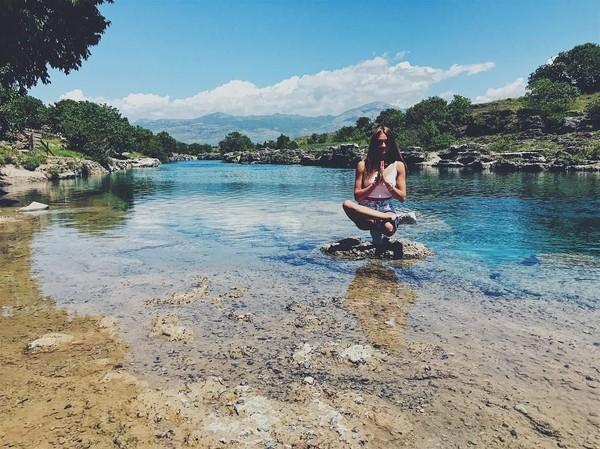 Yoga sambil menikmati alam (yogaisdestiny/Instagram)