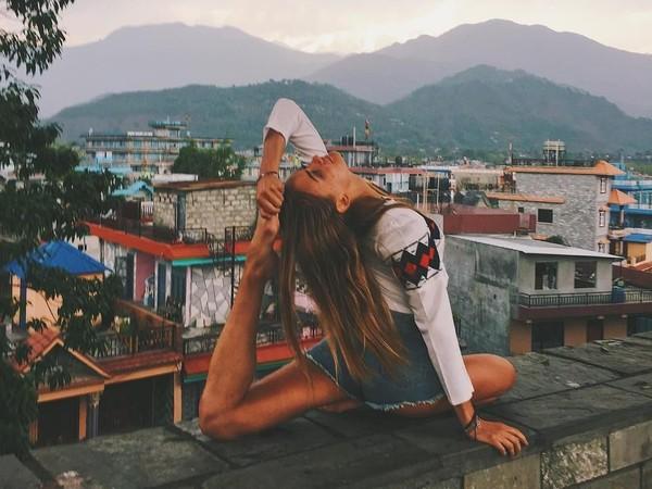 Wanita ini mendalami yoga di Nepal (yogaisdestiny/Instagram)