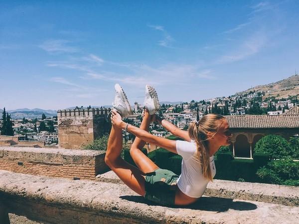 Kalau yang ini Ekaterina tengah berada di Alhambra, Spanyol (yogaisdestiny/Instagram)