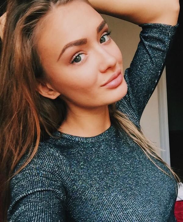 Ekaterina Terenina (24) dari Irkutsk, Rusia, awalnya adalah penari di kelab malam. Ia memutuskan untuk keluar dari pekerjannya dan fokus berlatih yoga (yogaisdestiny/Instagram)