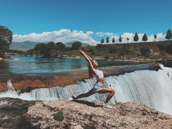 Tahun lalu Ekaterina sudah mengunjungi sejumlah negara. Dia menjelajahi berbagai daerah di Montenegero, Spanyol hingga Italia (yogaisdestiny/Instagram)