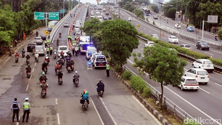 Foto: Suasana Lalu Lintas Flyover Pancoran Setelah Dibuka untuk Umum