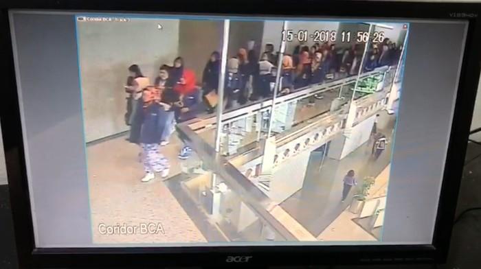 Insiden ambruknya selasar Tower UU Bursa Efek Indonesia kemarin rawan memicu cedera patah tulang.  Foto: Dok. Istimewa