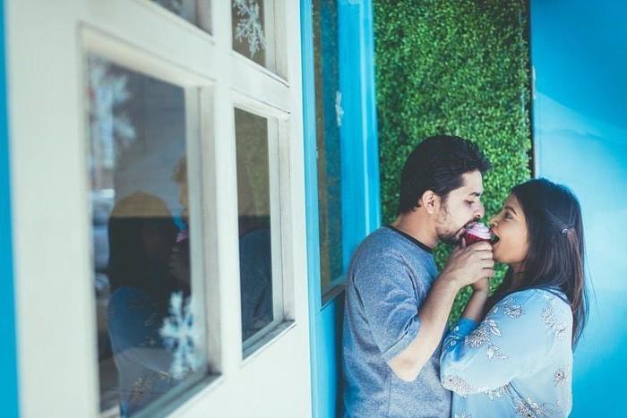 Pasangan bernama Vishakha Prasad dan Vinit Metha ber ide membuat foto pre wedding unik. Begini salah satu foto keduanya yang sedang menikmati cupcakes bersama. Foto: Samsara Photography