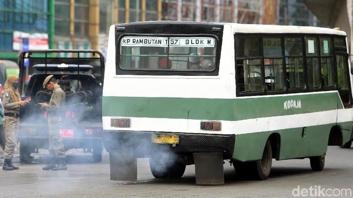 Salah satu sumber pencemaran udara adalah asap kendaraan bermotor (Foto: Rengga Sancaya)