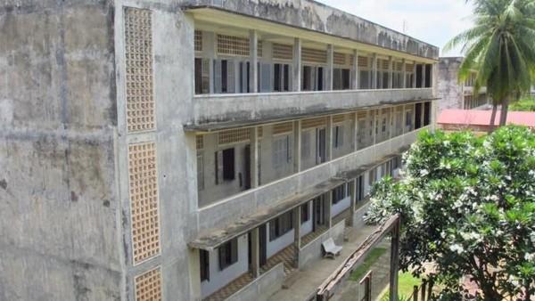 Destinasi paling dekat dari Olympic Stadium, tempat laga Timnas U-22 VS Thailand, adalah Museum Genosida Tuol Sleng. Museum ini adalah bekas penjara, dimana ribuan rakyat Kamboja disiksa Khmer Merah (Titry Frilyani/dTraveler)