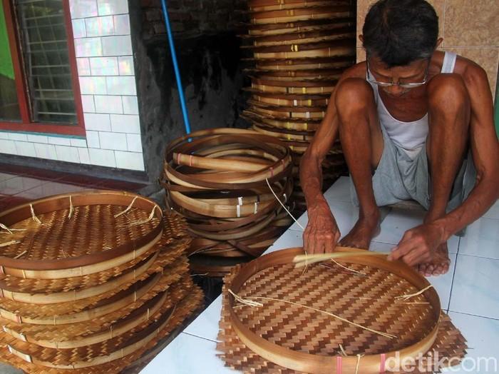 Perajin anyaman bambu di Sidoarjo/Foto: Suparno