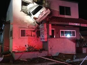 Mobil Ini Tiba-tiba Terbang dan Nabrak Lantai 2 Gedung, Kok Bisa?