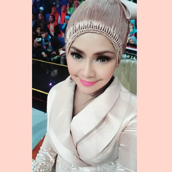 Gaya Hijab Unik Iyeth Bustami