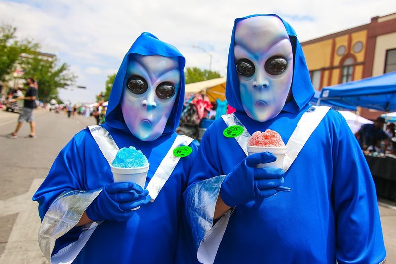 Kota Roswell di AS, terkenal sebagai lokasi paling sering muncul penampakan UFO dan alien. Maka dari itu, tiap tahunnya digelar Roswell UFO Festival (Roswell UFO Festival)