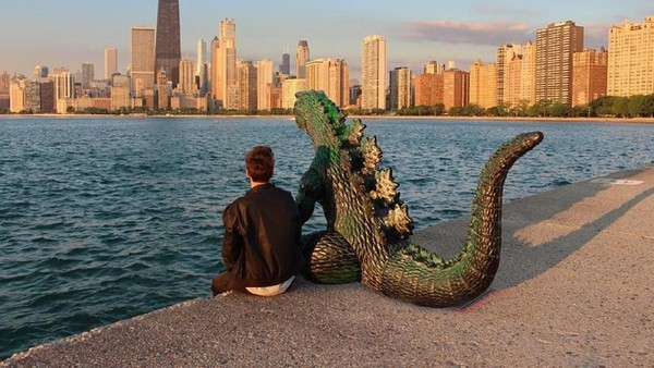 Dia traveling bersama teman-temannya dan satu karakter fiksi yang dia ciptakan berupa boneka Godzilla (ryangodzilling/Instagram)