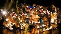 Foto: Tak hanya itu, Stoffel bersama teman-temannya bahkan berdandan ala orang Papua. Mereka terlihat enjoy menari bersama pemuda asli Papua. (Instagram/@svandoorne)