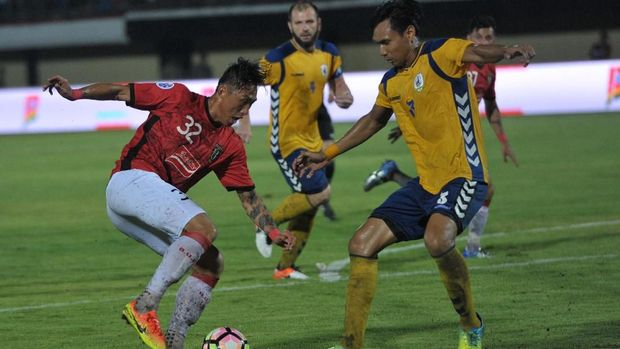 Bali United lebih banyak diserang para pemain Thanh Hoa. (