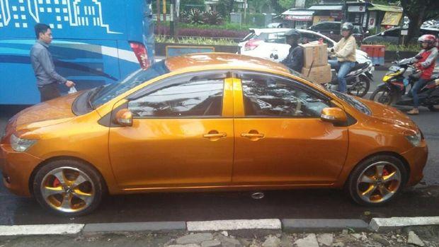 Mobil bermuka dua di Sukajadi Bandung
