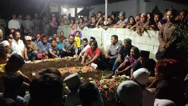 Jenazah 3 Anak yang Diajak Ibunya Bunuh Diri Dimakamkan Berdekatan