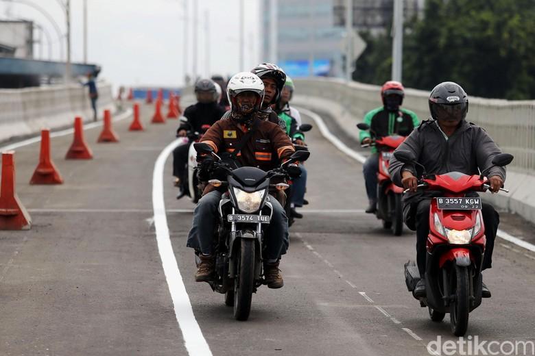 Ilustrasi pengendara motor mengenakan jaket. Foto: Agung Pambudhy