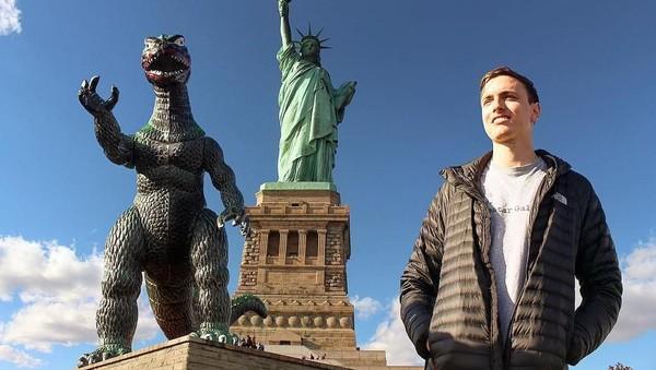 Bersama Ryan, dia telah keliling benua Amerika dan juga mengunjungi London, Spanyol, dan Amsterdam (ryangodzilling/Instagram)