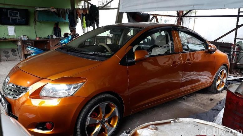 Mobil bermuka dua di pool GR Taksi Bandung (Foto: Dony Indra Ramadhan)