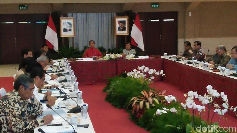 Berjaket Timnas, Jokowi Pimpin Ratas soal Citarum di Bandung