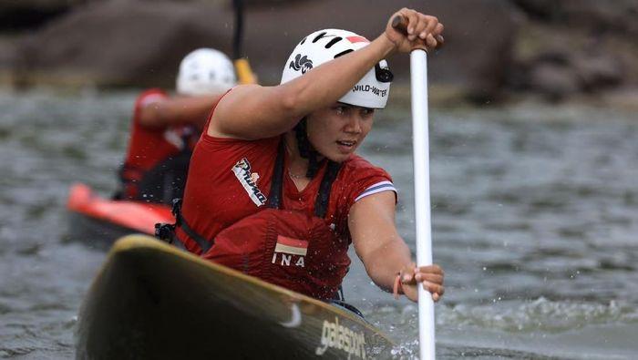 Pedayung nasional, Maryati, berlatih keras di Waduk Jatiluhur, Jawa Baraty Barat untuk tampil di Asian Games 2018. (dok. Kemenpora)