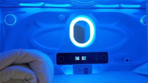 Uniknya, di dalam kamar ada sebuah kaca dengan lampu untuk berias. Kaca di desain unik seperti layar komputer yang futuristik. Seru banget! (Facebook/Galaxy Pods Hotel)