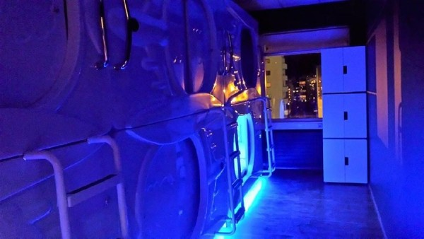 Masuk di dalamnya, tidur dengan nyaman dengan lampu biru dan ungu yang keren. Benar-benar seperti di dalam pesawat luar angkasa! (Facebook/Galaxy Pods Hotel)