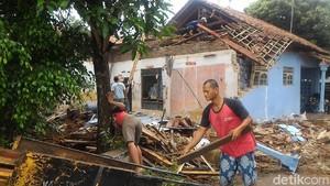 Hujan Deras dan Angin Kencang, Sebuah Rumah di Pekalongan Roboh