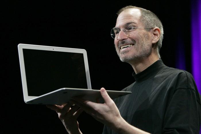 Steve Jobs memegang MacBook Air. Foto: internet
