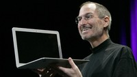 Apple CEO Steve Jobs shows the new MacBook Air during the Macworld Convention and Expo in San Francisco, California January 15, 2008.     REUTERS/Robert Galbraith (UNITED STATES)