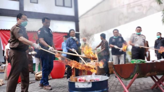 Barang bukti yang dimusnahkan dengan dibakar (Foto: Zaenal Effendi)