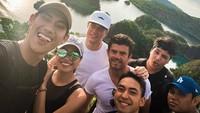 Foto: Stoffel Vandoorne, pebalap F1 dari tim McLaren asyik menikmati waktu liburannya di Raja Ampat. Dia ke Raja Ampat bersama teman-temannya, termasuk pebalap Indonesia Sean Gelael. Ini saat mereka berfoto di Pianemo. (Instagram/@svandoorne)