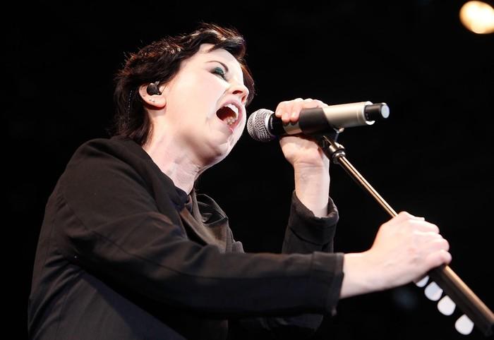 Vokalis The Cranberries, Dolores ORiordan meninggal dunia di usia 46 tahun. Semasa hidup Dolores bersama The Cranberries telah menggelar konser di berbagai negara. Begini aksinya.