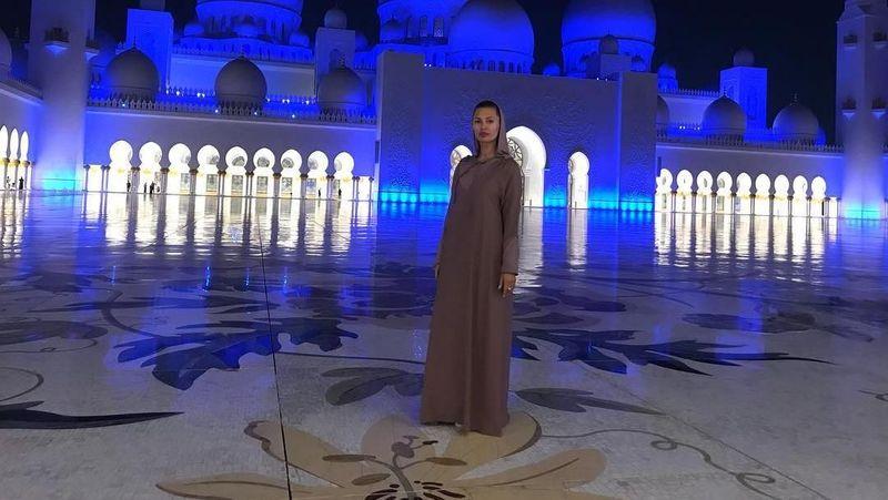 Victoria sempat berkunjung ke Masjid Sheikh Zayed di Abu Dhabi dengan berbusana yang sopan (victoriabonya/Instagram)