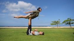 Mementingkan kesehatan pasangan juga sangat penting. Seperti yang dilakukan beberapa pasangan selebriti ini, mereka kerap berolahraga bersama. Romantisnya!