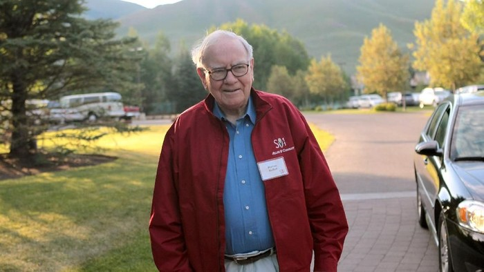 SUN VALLEY, ID - JULY 07:  Warren Buffett, chairman of Berkshire Hathaway, attends the Allen & Company Sun Valley Conference on July 7, 2011 in Sun Valley, Idaho. The conference has been hosted annually by the investment firm Allen & Company each July since 1983 and is typically attended by many of the worlds most powerful media executives.  (Photo by Scott Olson/Getty Images)