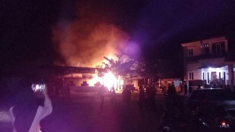 Kebakaran Hanguskan Dua Warung dan Satu Rumah di Lamongan
