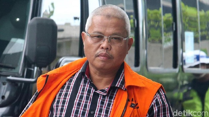 Plt Kadis PUPR Provinsi Jambi Arfan bersiap menjalani pemeriksaan di gedung KPK Jakarta