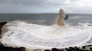 Foto: Saat Kapal Keruk Prancis Semburkan Pasir untuk Cegah Abrasi