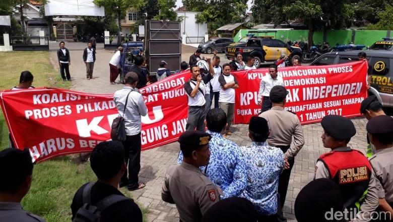 Gagal Daftar, Bacalon Perseorangan Datangi KPU Kabupaten Pasuruan