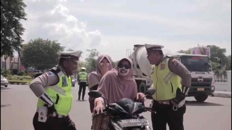 Polantas di Aceh Edukasi Pelanggar dengan Lagu Tak Tun Tuang. Foto: Screenshot Instagram