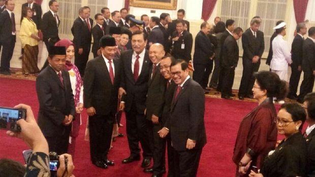 Moeldoko berfoto bersama para menteri usai dilantik /