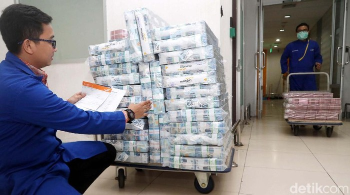 Utang Luar Negeri Indonesia Terkendali  Petugas menata tumpukkan uang di Cash Center Bank Mandiri, Jakarta, Rabu (17/1). Bank Indonesia menyatakan perkembangan Utang Luar Negeri (ULN) sebesar 347,3 miliar dolar Amerika pada November 2017 tetap terkendali, hal tersebut tercermin dari rasio ULN terhadap Produk Domestik Bruto akhir November 2017 yang tercatat stabil di kisaran 34 persen.
