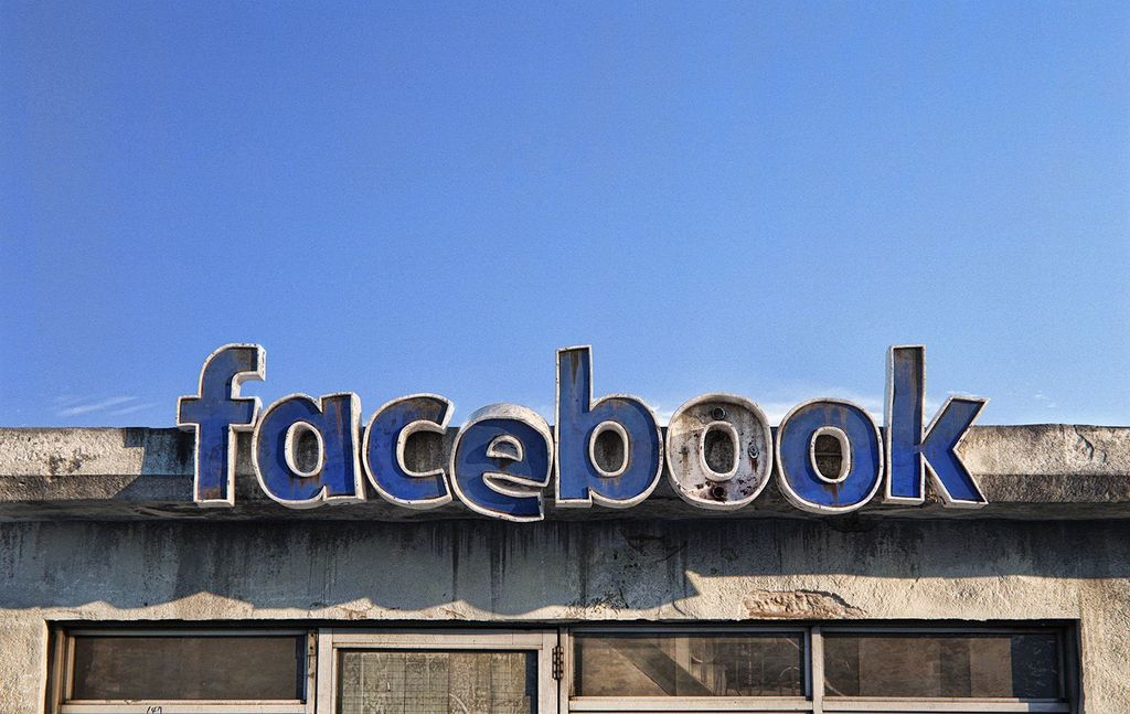 Kondisi itu coba digambarkan oleh seniman grafis asal Rumania bernama Andrei Lacatusu. Seperti logo Facebook yang terlihat tak terurus, seakan telah ditinggal pegawainya. Foto: Andrei Lacatusu