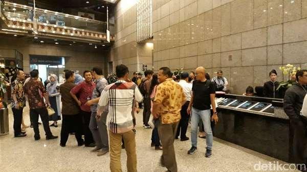 Pasca Selasar Ambruk, Pegawai BEI Ngantor Naik Lift Barang